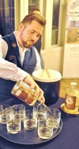 Wien Gin Klimt Pouring hoch (339x640)