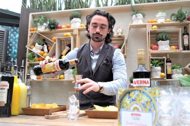 Averna Don Salvatore Stefano schenkt ein