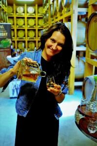 Whisky Trail Jasmin Haider-Stadler pouring Topportrait